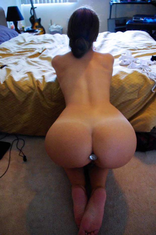 Big round ass brunette